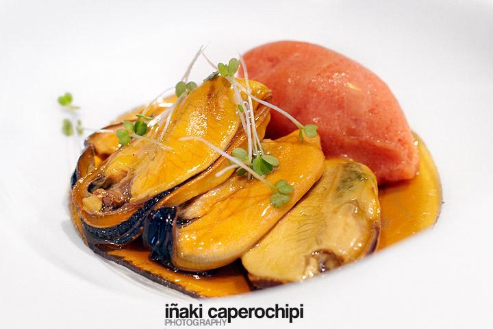 Mejillones sobre una crema de anchoas en salazón y vermouth preparado