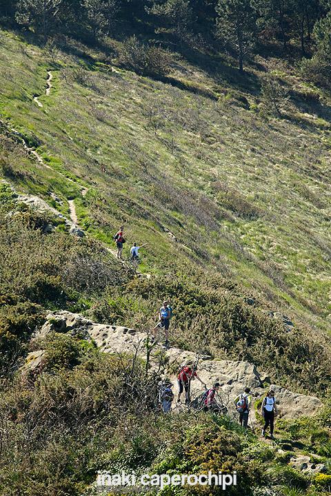 Excursionistas bajando a las Peñas de Ataloi