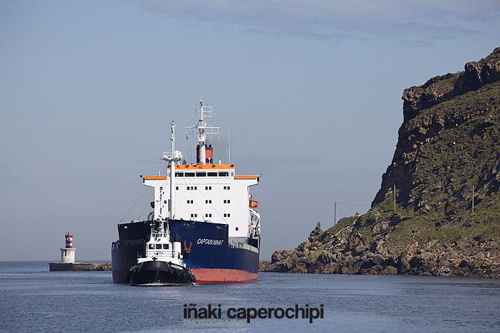 El Buque Captain Nihat entrando en el Puerto de Pasaia